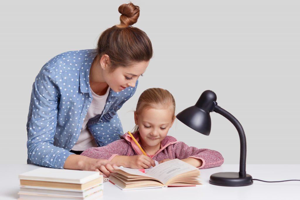 Dziecko z dysleksją odrabia lekcje z mamą