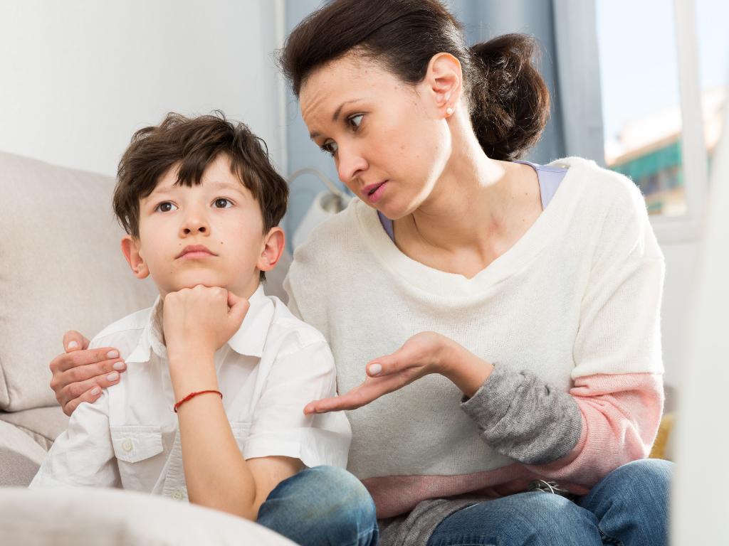 Mama rozmawia z dzieckiem o dysleksji